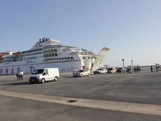 Volcán del Teide, de Naviera Armas, en el Muelle Sur del puerto de Huelva, uno de los buques que transportan frutas y hortalizas