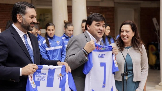 El club ha regalado unas camisetas al consejero y al alcalde