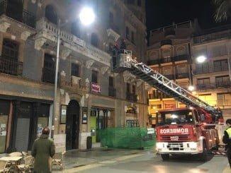 Los bomberos retirando los azulejos afectados