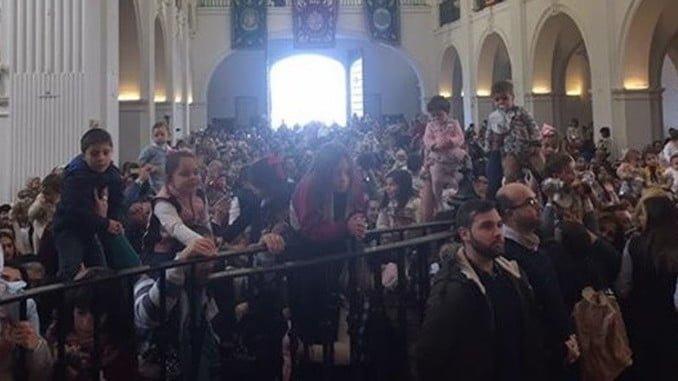 Con el Santuario lleno, cientos de niños fueron presentados ante la Virgen del Rocio en este domingo