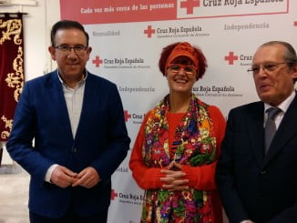 Carmen Gil, nueva presidenta de Cruz Roja de Aracena, junto al alcalde de Aracena y  el presidente provincial de CRE