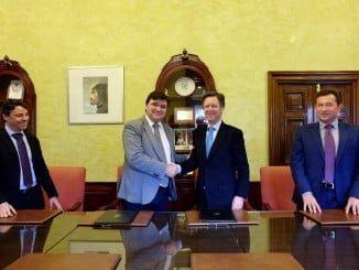 El alcalde de Huelva y el responsable de Vehisur Automoción tras la firma del convenio