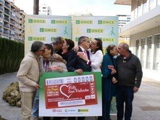 Afiliados y trabajadores de la ONCE se dan un beso para celebrar San Valentín