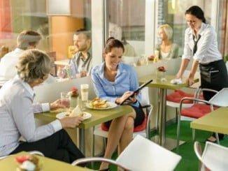 Desayunar fuera de la oficina con los compañeros desestresa y aumenta la concentración y la productividad