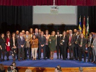 Foto de familia de las autoridades junto a los premiados