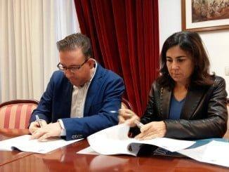 Manuel Guerra y María Jesús Almazor han firmado un convenio de colaboración para posibilitar el inicio de los trabajos de construcción de una red de fibra óptica FTTH