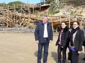 Grávalos, acompañada del jefe provincial de Costas, Gabriel Cuena, y los alcaldes de Punta Umbría y cartaya, visitan las zonas afectadas por el temporal