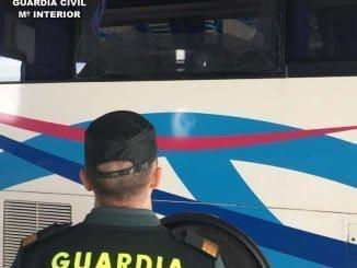 Los cristales del autobús resultaron seriamente dañados