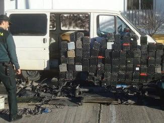 En la imagen, las piezas sustraídas de un desguace de La Palma y la furgoneta robada