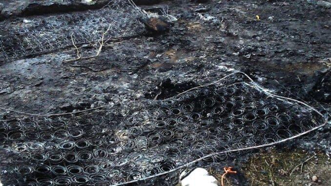 Restos de un incendio en un asentamiento en Moguer en enero
