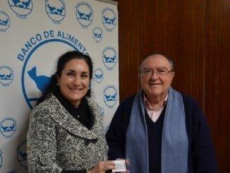 Teresa Millán, en representación de la Fundación Cepsa, entrega al Banco de Alimentos las tarjetas carburante