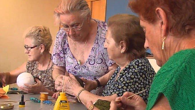 Mujeres en un taller de manualidades