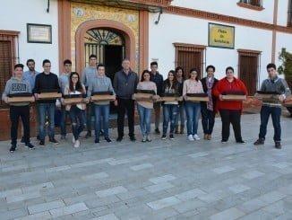 Carmelo Romero entrega ordenadores a estudiantes palermos