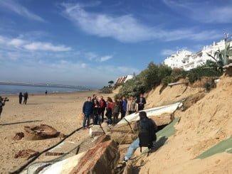 Visita de dirigentes del PSOE a la playa de El Portil, la más afectada por el último temporal