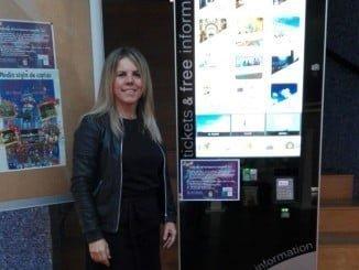 La teniente de alcalde y concejala de Turismo junto a la pantalla táctil instalada en el Teatro