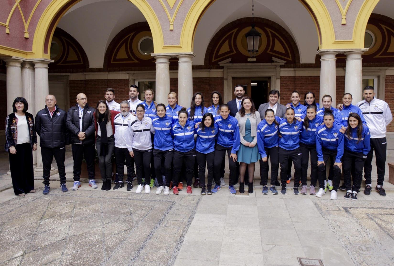 Foto de familia ante el histórico partido que este gran club jugará en el Nuevo Colombino