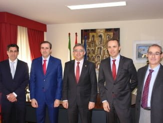 En la imagen los firmantes del acuerdo entre la Universidad de Huelva, en colaboración con Hewlett Packard Enterprise