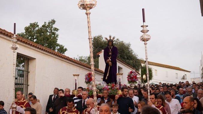 Vía Crucis por las calles de Ayamonte con la participación de muchos fieles.