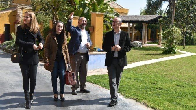 Visita de la embajada del Ayuntamiento de Lepe a la destilería de la famosa ginebra 'Puerto de Indias'.