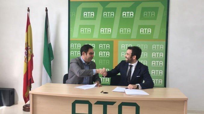 Rafael Amor, presidente de ATA Andalucía; y Javier González, director Negocio Partners de Zurich Seguros