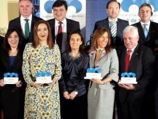 Los premiados por la Asociación de Antiguos Alumnos del 3-M de la UHU junto a las autoridades presentes.
