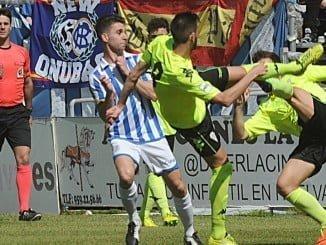 Mientras el Recre se cargaba de tarjeta, el Córdoba apenas si fue amonestado por el árbitro.