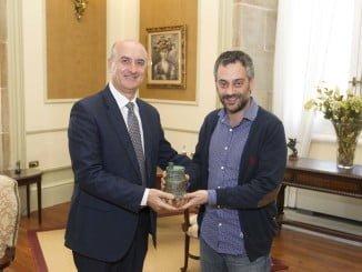 El alcalde de Huelva ha mantenido una reunión con su homólogo de La Coruña para abordar un proyecto turístico conjunto