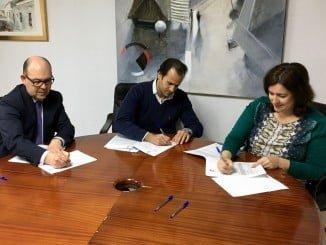 Ambas partes rubrican el acuerdo mediante el que el Ayuntamiento de Aljaraque cede su poste a Enebro Comunicación