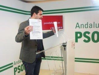 Amaro Huelva muestra la carta que el PSOE ha enviado a la ministra