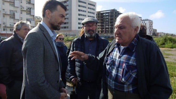 Antonio Maíllo, junto a Pedro Jiménez, ha visitado las viviendas de Marismas del Odiel