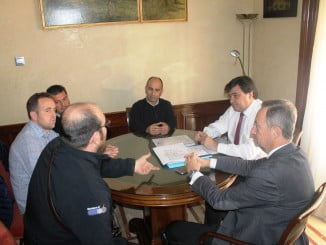 El alcalde de Huelva se reúne con los estibadores onubenses