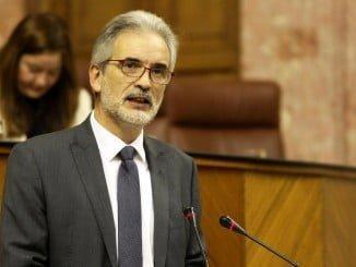 Alonso ha señalado en el Parlamento que se está trabajando en la nulidad de la fusión hospitalaria en Huelva