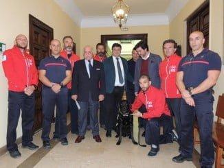 El alcalde de Huelva junto a miembros de Bomberos Unidos Sin Fronteras