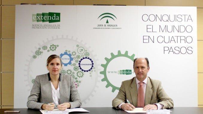 Vanessa Bernad, por Extenda, y Rodrigo Molina, por el Banco Sabadell, en la firma del convenio