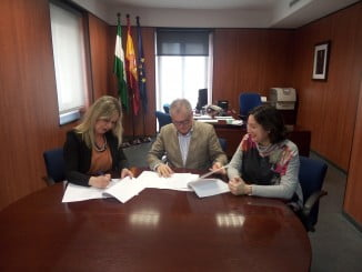 La alcaldesa de San Juan del Puerto firma el convenio RELAS con el delegado de Salud