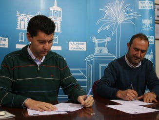El alcalde de Valverde y el presidente de Apimad en la firma del convenio
