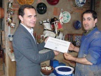 El delegado de Economía entrega la distinción Punto de Interés Artesanal a José Antonio González