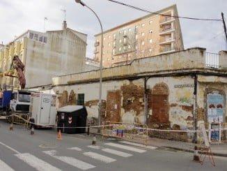 Las máquinas ya trabajan en la demolición de los inmuebles en ruinas