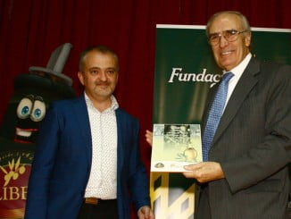 El vicepresidente del Consejo Rector de Caja Rural del Sur, Vicente Rodríguez, recoge el galardón