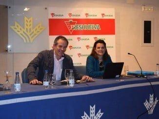 Estefanía Hernández, de Business Developer de Robert Bosch, junto al gerente de Freshuelva
