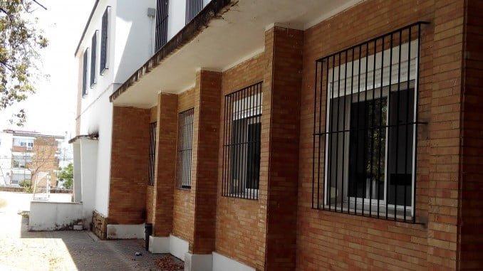 Fachada del IES Clara Campoamor de la capital onubense