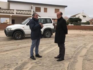 El alcalde de Lepe, Juan Manuel González, ha visitado la playa de La Antilla con el jefe del Servicio Provincial de Costas, Gabriel Cuena