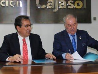 El presidente de la Fundación Cajasol, Antonio Pulido, y el del Consejo de Hermandades y Cofradías de Huelva, Antonio González, rubrican el acuerdo