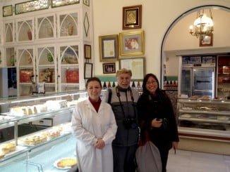 La escritora japonesa en la Confitería Rufino, una de las pastelerías artesanas con más solera