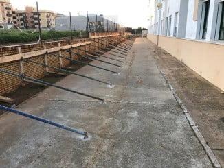 La obra consiste en la reconstrucción del muro perimetral del centro tras su desplome parcial