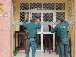 Agentes de la Guardia Civil inician uno de los registros en Huelva