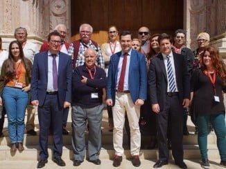 Vecinos de Santa Lucía junto a líderes del PP a las puertas del Parlamento de Andalucía