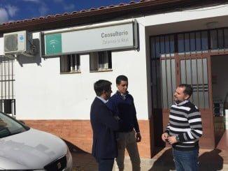 García Longoria ha visitado el consultorio de Zalamea, en el que denuncia recortes sanitarios