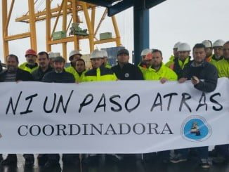 Pedro Jiménez, con los estibadores del Puerto de Huelva