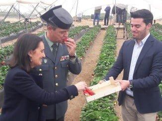 La subdelegada y el coronel jefe de la Guardia Civil en la finca Agromartín de Lepe